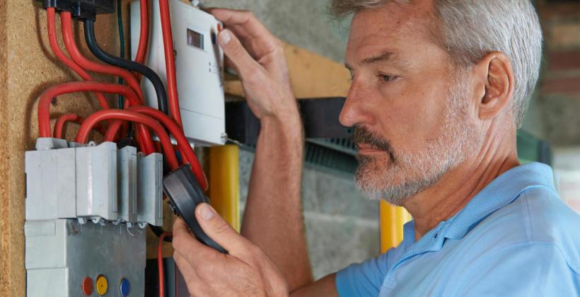 Jak uniknąć problemów z energią elektryczną w domu?