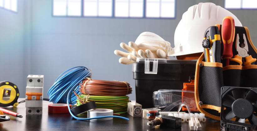 Czym oprócz montażu instalacji zajmie się jeszcze elektryk?
