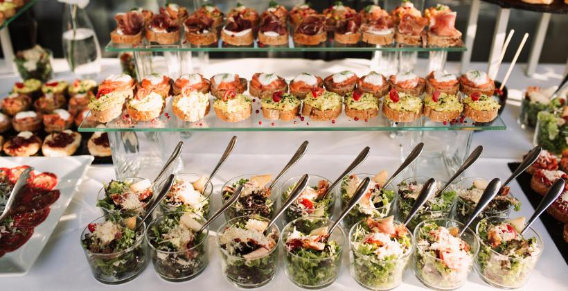 Jakiego rodzaju posiłek przygotować na imprezę firmową?