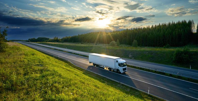Jak znaleźć dobrą firmę oferującą transport ciężarowy?