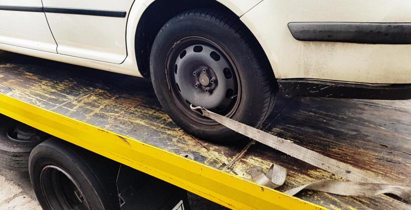 Holowanie czy laweta – dwa oblicza transportu pojazdów uszkodzonych