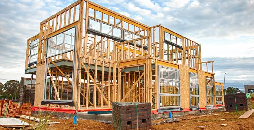 Dlaczego warto zdecydować się na budowę domu drewnianego?