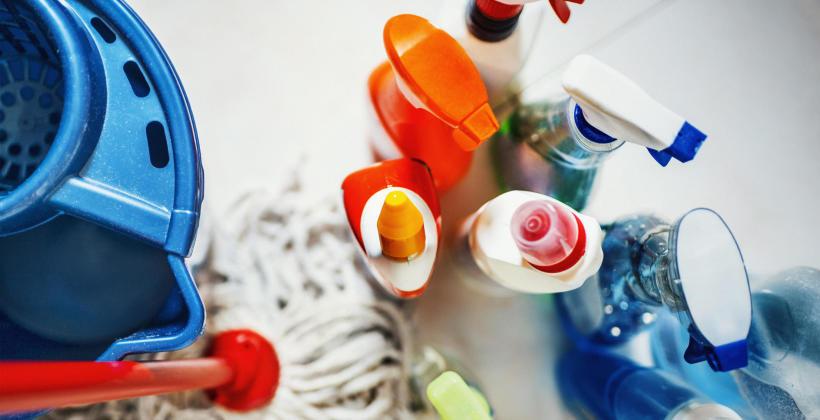 Komu i jak często zlecić pranie wykładzin w biurze?