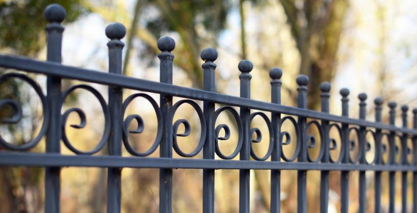 Czym charakteryzują się ogrodzenia i bramy ze stali?