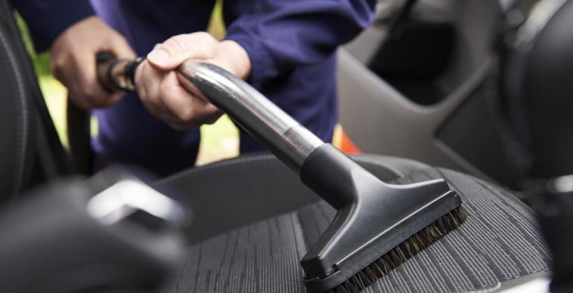 Jak skutecznie pozbyć się zabrudzeń z tapicerki samochodowej?
