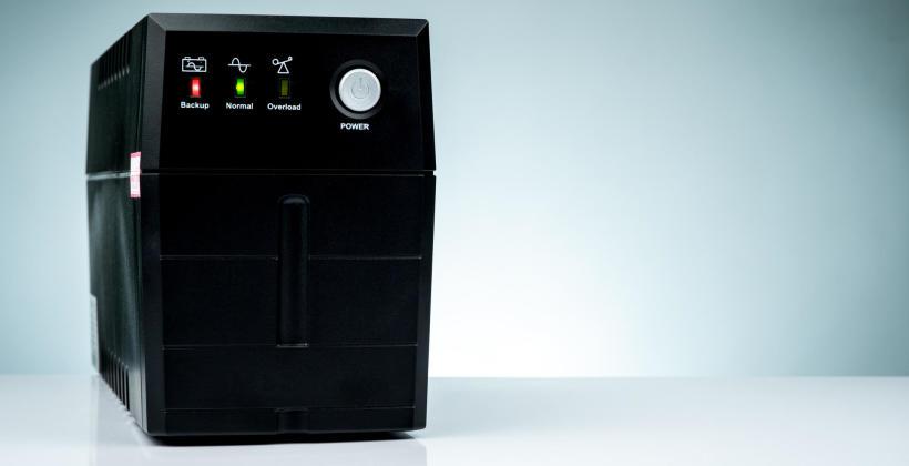 Jaką rolę odgrywa zasilacz UPS w serwerowni?