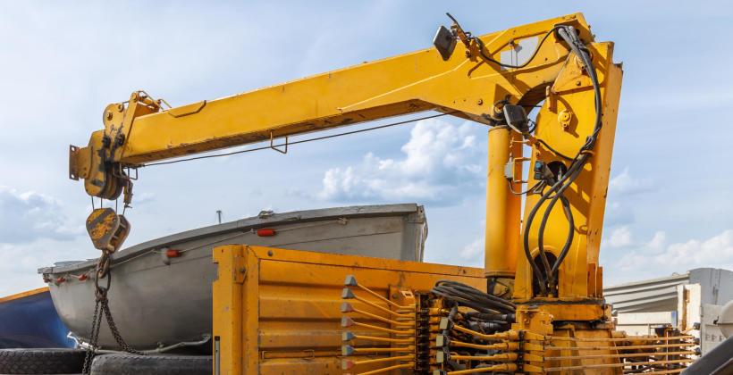 Czym jest i jak działa dźwig hydrauliczny?