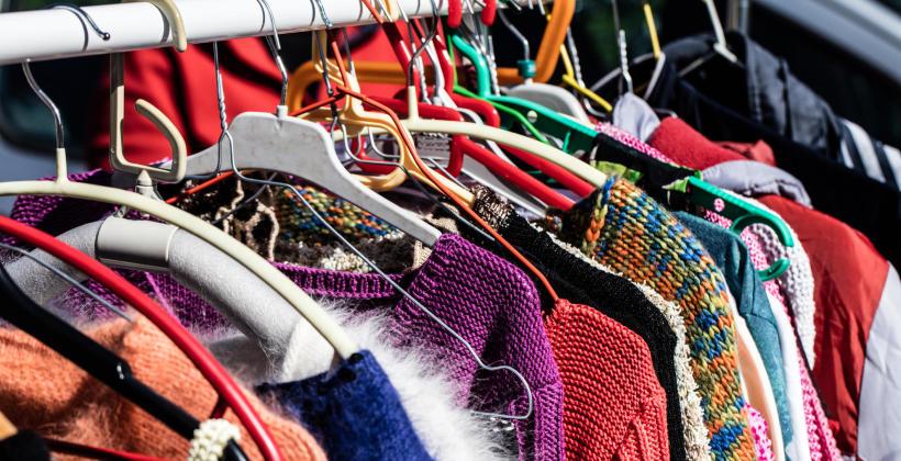 Dlaczego ubrania z second handu są lepsze niż z sieciówek?
