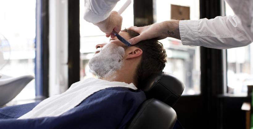 Co obejmuje kompletne strzyżenie męskie w dobrym salonie fryzjerskim?