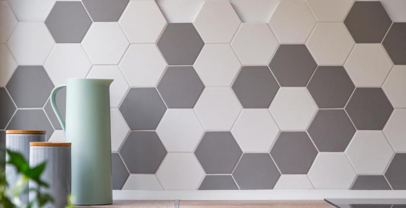 Jak wykorzystać płytki heksagonalne w kuchni?