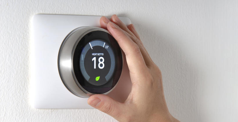 Czym są pomieszczeniowe regulatory temperatury i na co zwrócić uwagę podczas ich kupna?