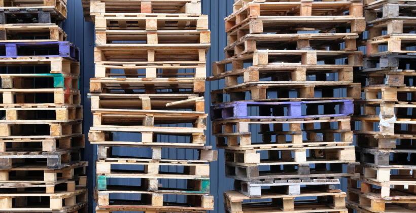 Na czym polega recykling palet drewnianych?
