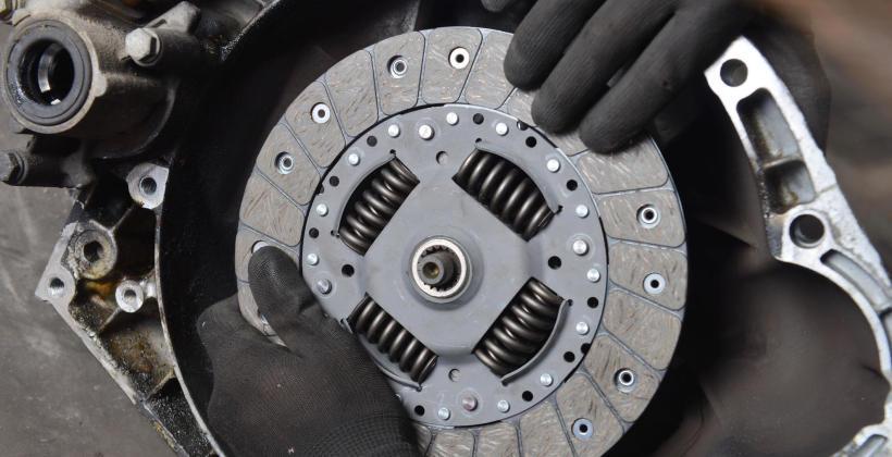 Jakie są objawy uszkodzonego sprzęgła w samochodzie?