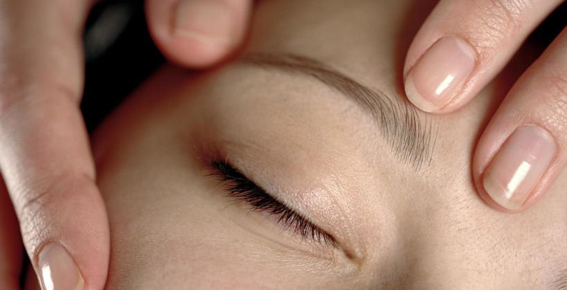Co dają zabiegi masażu twarzy?