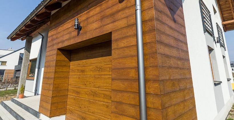 Wysoka izolacyjność i estetyka domu dzięki panelom drewnopodobnym