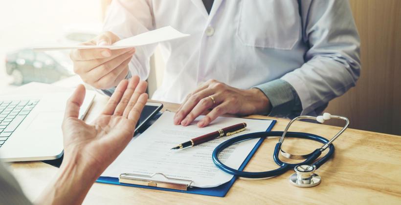 Wypowiedzenie umowy o pracę a choroba pracownika – jak uniknąć potknięć?