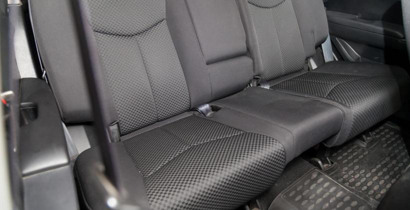 Jak pielęgnować różne rodzaje tapicerki samochodowej?