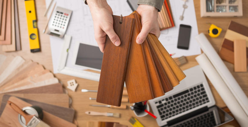 Jakie są funkcje lakieru wykorzystywanego do ochrony mebli drewnianych?