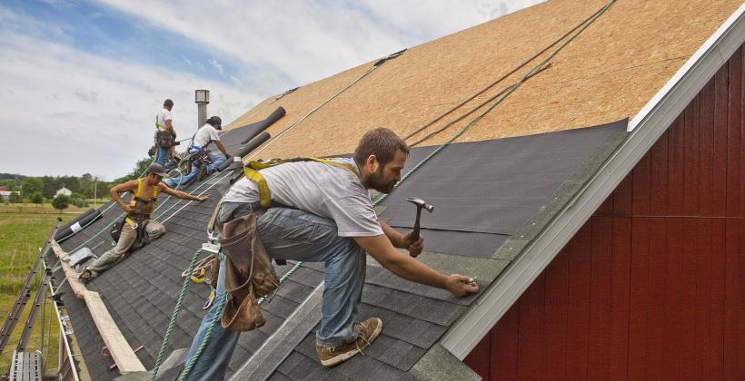 Usługi dekarskie związane z renowacją dachów