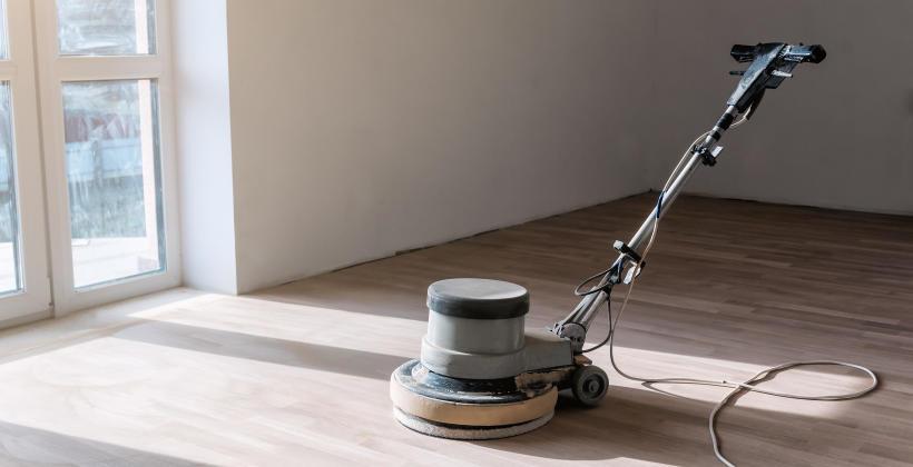 W jaki sposób przywrócić drewnianej podłodze pierwotny blask?