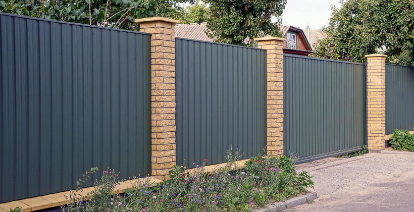 Zalety ogrodzeń, balustrad i bram ze stali czarnej