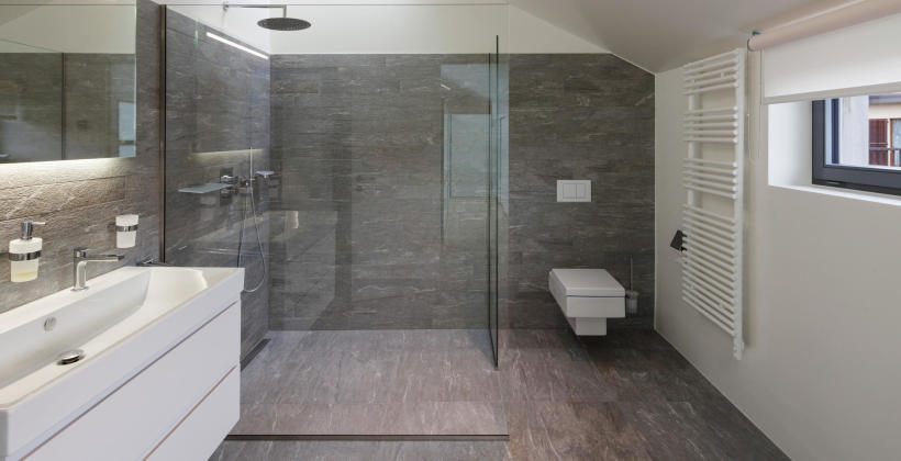 Szkło czy plastik – jaką kabinę prysznicową wybrać?