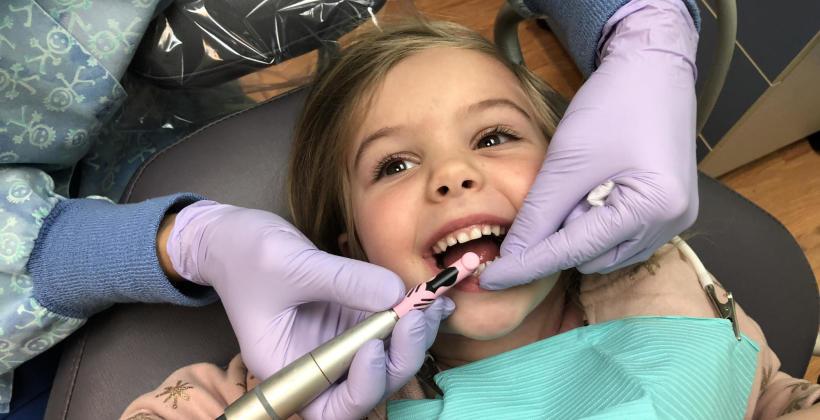 Lakierowanie zębów u dzieci – na czym polega i dlaczego warto je wykonać?