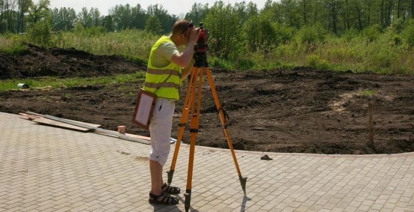 Jak wygląda praca geodety w trakcie budowy domu?