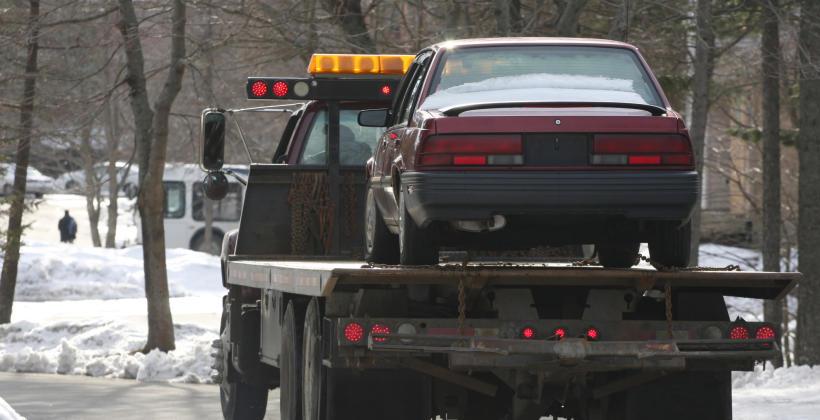 Pomoc drogowa przy kolizji - kiedy przysługuje zwrot za lawetę?