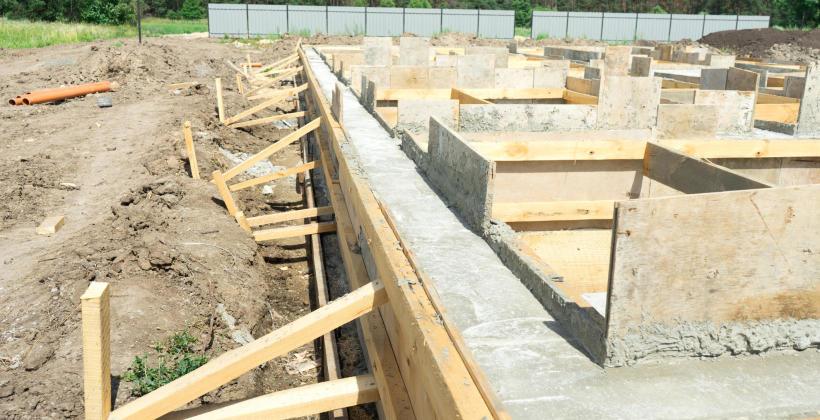 Kiedy i jak wykonuje się wykopy pod fundamenty domu?
