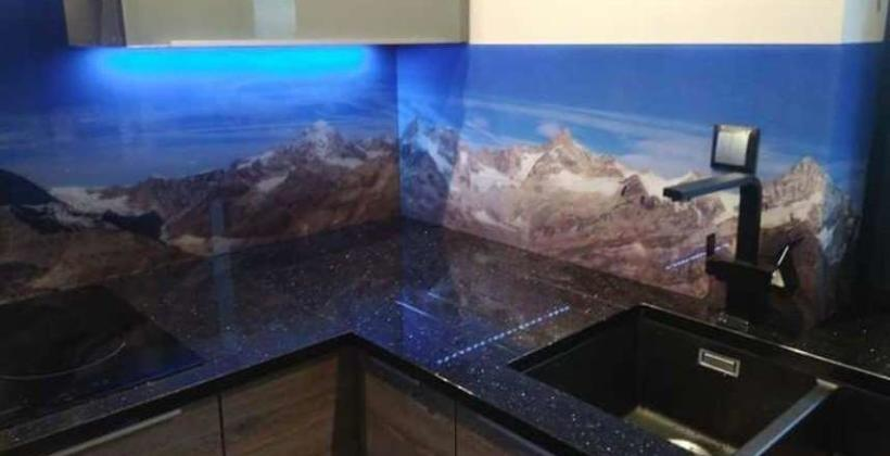 Czym wyróżniają się panele szklane do kuchni?