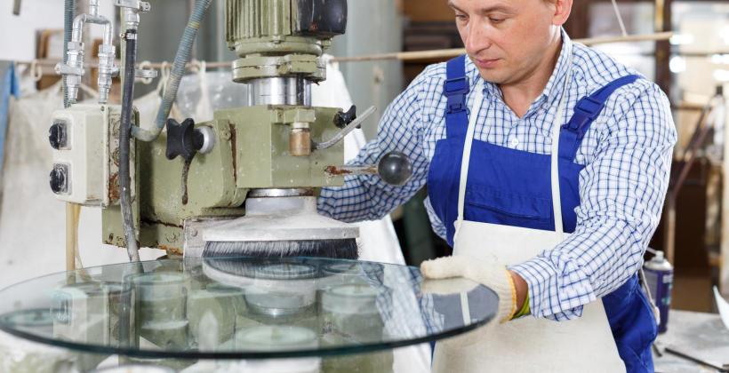 Obróbka mechaniczna szkła – fazowanie, szlifowanie i piaskowanie