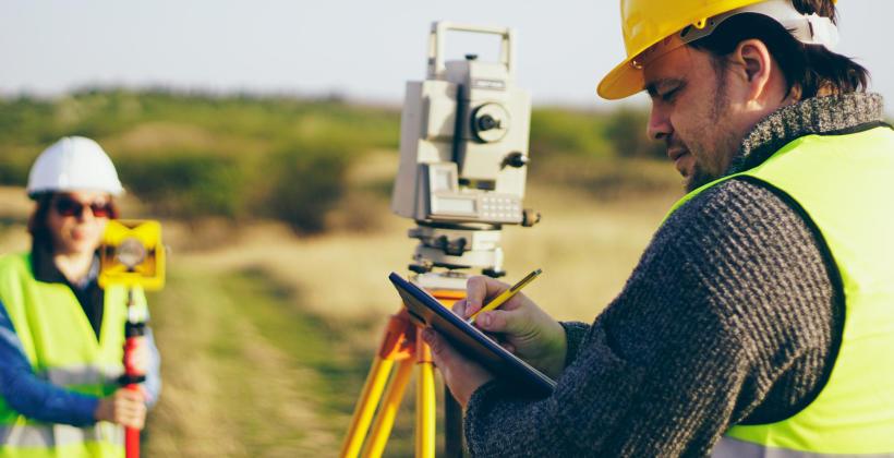 Dlaczego warto zatrudnić geodetę przed zakupem działki?