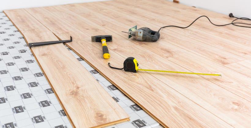 Posadzka w salonie – czy warto zdecydować się na panele drewnopochodne?