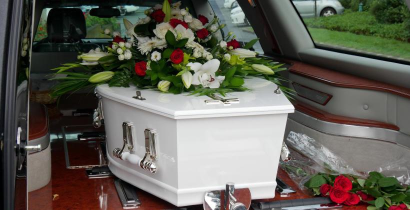 Pogrzeb tradycyjny czy kremacja – jaką formę pochówku wybrać?