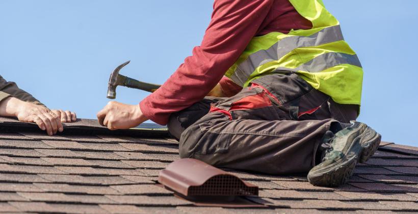 Kiedy wymienić, a kiedy remontować dach?