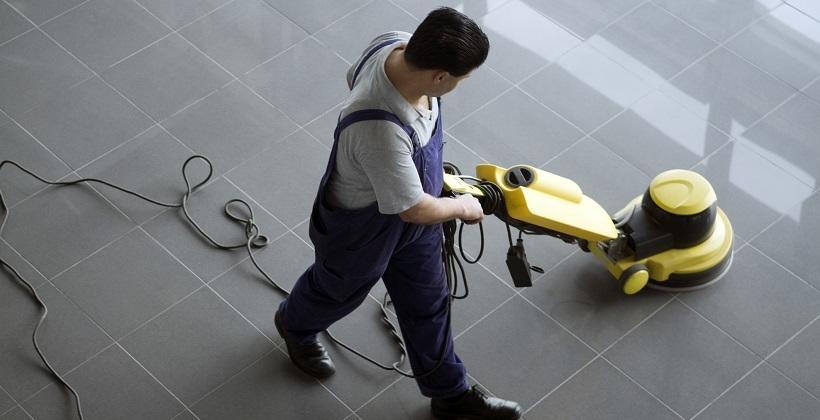 Czym czyścić zabrudzenia na podłogach przemysłowych?
