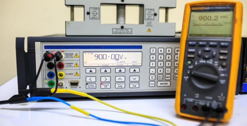 Różnica między kalibracją a strojeniem przyrządów pomiarowych