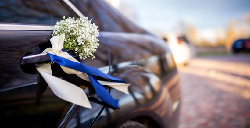 Jak udekorować samochód ślubny kwiatami?
