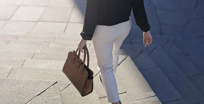 Najlepsze fasony spodni do pracy