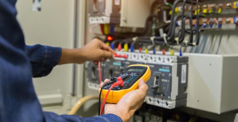 Jak znaleźć dobrą firmę wykonującą usługi elektryczne?