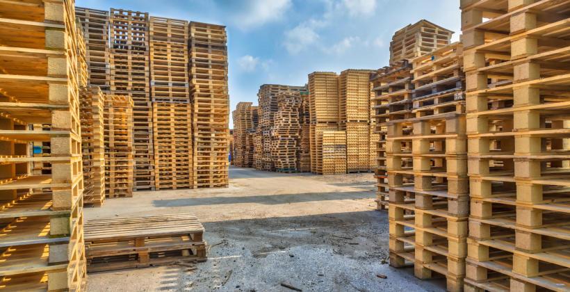 Jaka jest różnica pomiędzy paletą przemysłową a europaletą?