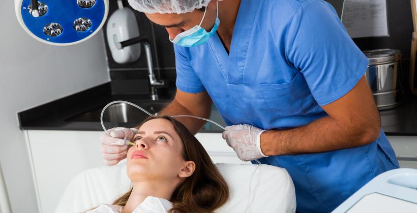 Na czym polega karboksyterapia i jakie urządzenia służą do przeprowadzenia zabiegu?