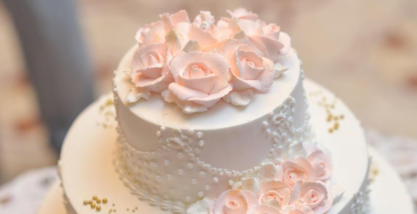 Wybieramy tort weselny – jakie smaki są na topie?