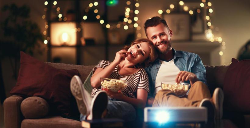 Filmy i seriale o świecie online – propozycje na zimowy wieczór