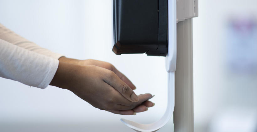 Higiena w przestrzeni biurowej – jak ułatwić pracownikom dezynfekcję rąk?