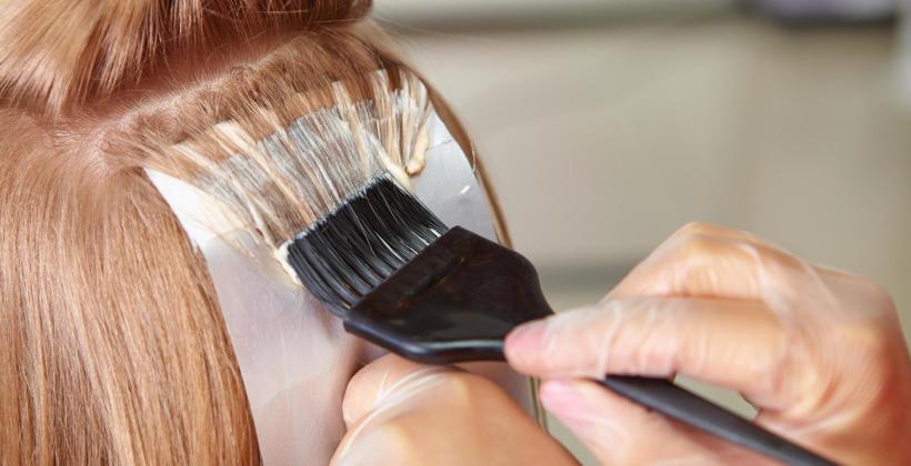 Dlaczego farbowanie włosów warto wykonać u doświadczonego fryzjera?