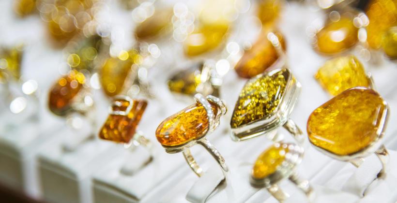 Bursztyn jako niezwykle pożądany element biżuteryjny.