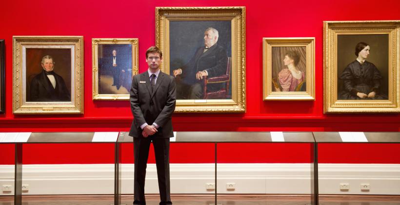 Na czym polega stały dozór ekspozycji i budynku muzeum?