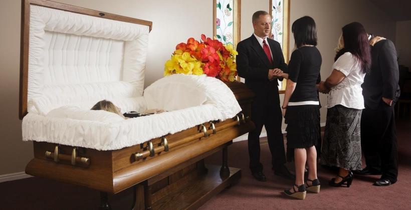 Jak wygląda świecka ceremonia pogrzebowa?